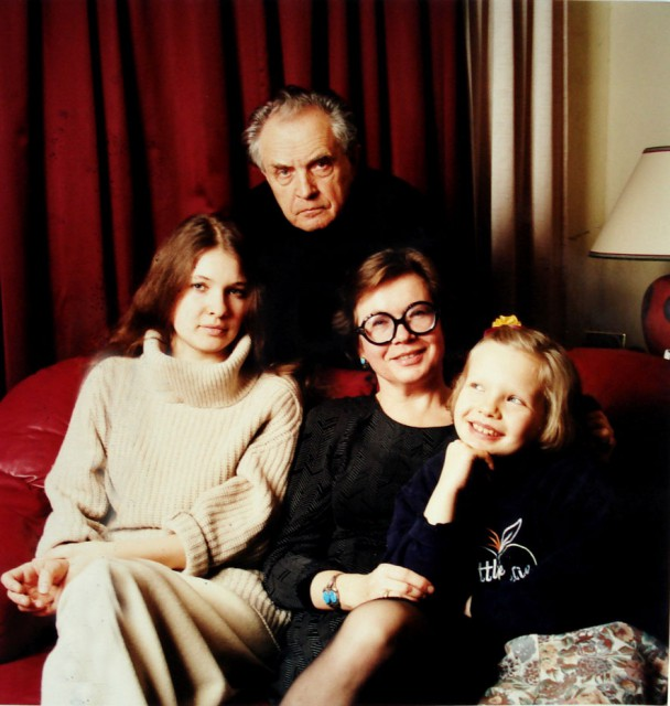 Семья Зиновьевых (Полина, Александр, Ольга и Ксения Зиновьевы), 1998