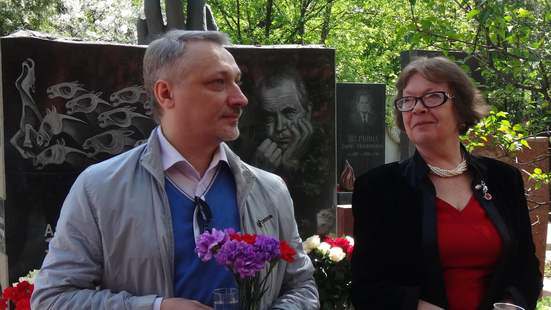 Константин Горбунов и Ольга Зиновьева. 10 мая 2015 года, Новодевичье кладбище, Москва
