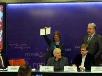 Президент МСА академик МСА С.Н.Бабурин вручает диплом О.М.Зиновьевой
